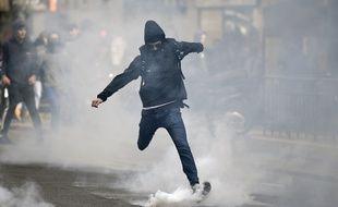 Une centaine de personnes criant «Ni Le Pen ni Macron» ont participé à une manifestation «sauvage» le 27 avril dans la soirée dans l'est de Paris.