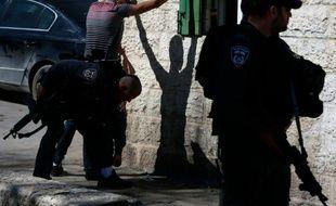 Des policiers israéliens fouillent un Palestinien, le 17 février dans la vieille ville de Jérusalem
