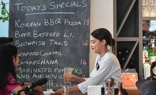 Alexandria Ocasio-Cortez, a remis vendredi brièvement son tablier de serveuse dans un bar new-yorkais, pour appeler à relever les salaires des employés en partie rémunérés au pourboire.