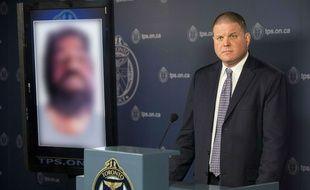 Le détective principal en charge de l'enquête se tient à côté d'une des victimes de Bruce McArthur, encore non identifiée, le 5 mars 2018.