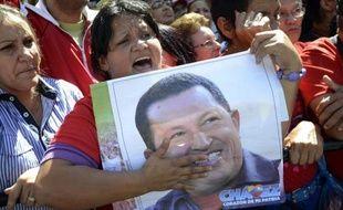 """L'état de santé d'Hugo Chavez est """"stable"""", quatre semaines après son opération d'un cancer à Cuba, a annoncé le régime vénézuélien qui n'a pas exclu un retour de dernière minute du président pour sa prestation de serment, prévue jeudi."""