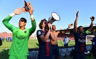 Adrien Rabiot prend le micro pour chanter avec ses supporters