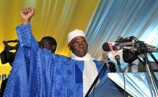 Le chef de l'Etat sénégalais Abdoulaye Wade, 85 ans, a été investi vendredi candidat à la présidentielle de 2012 par son parti, une candidature à nouveau contestée par des milliers d'opposants à Dakar au lendemain de violences politiques qui ont fait un mort et trois blessés.