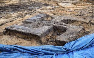 Une croix gammée géante a été découverte sous un terrain de sport à Hambourg, en Allemagne.