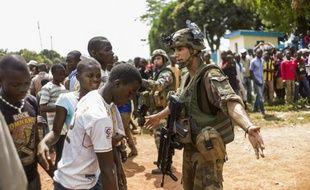 Des soldats français sécurisent l'entrée de l'aéroport de Bangui le 12 décembre 2013