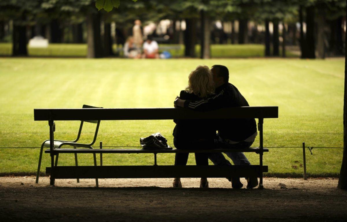 Des amoureux qui se bécotent sur des bancs publics, dans le jardin des Tuileries à Paris, en juillet 2009. – AFP PHOTO / PHILIPP GUELLAND