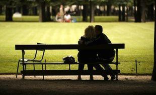 Des amoureux qui se bécotent sur des bancs publics, dans le jardin des Tuileries à Paris, en juillet 2009.