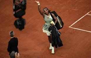 L'Américaine Serena Williams salue le public alors qu'elle quitte le terrain après sa défaite contre la Kazakhe Elena Rybakina en huitième de finale du tournoi de tennis de Roland-Garros à Paris, le 6juin 2021.