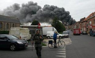 Le panache de fumée aux abords de Clarebout Potatoes, à Nieuwkerke (Belgique)