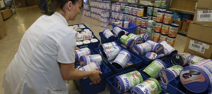 Une employée de pharmacie retire de la vente du lait infantile Lactalis suspecté d'être contaminé par la salmonelle, à Anglet, le 11 décembre 2017.