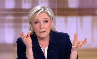 Marine Le Pen en débat face à Emmanuel Macron le 3 mai 2017 à Paris.
