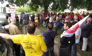 Les opposants à l'aéroport se sont réunis non loin du tribunal administratif de Nantes ce jeudi.