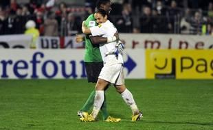Bruno Grougi et son gardien Joan Hartock, après un match de Coupe de France en janvier 2013.