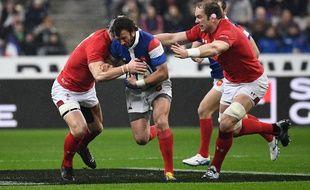 Maxime Médard tente de s'infiltrer entre deux défenseurs gallois au Stade de France.