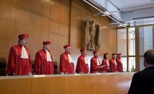 La Cour constitutionnelle d'Allemagne examine mardi une plainte d'opposants au Traité de Lisbonne, qui remet en question la ratification définitive du texte par un pays fondateur de l'Union européenne.