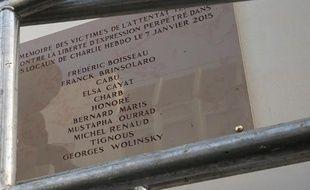 Le nom du dessinateur Georges Wolinski,  mal orthographié sur la plaque commémorative, dévoilée le 5 janvier 2015 à Paris