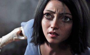 La taille des yeux d'Alita a surpris les fans, mais le réalisateur assume.