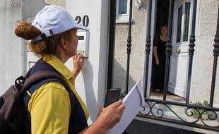 Tournée d'une factrice à Issy-Les-Moulineaux (Hauts-de-Seine), le 23 juillet 2013.