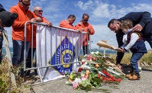 Plusieurs personnes se sont rassemblées lundi pour se recueillir en mémoire des trois marins décédés lors du naufrage de la SNSM, vendredi dernier.