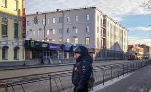 Un officier de police devant le FSB après une explosion, le 31 octobre 2018.