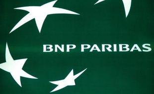 Un homme armé qui retenait en otage deux personnes vendredi en début de soirée dans une agence de la BNP dans le centre de Besançon a été interpellé par la police, a annoncé le substitut du procureur.