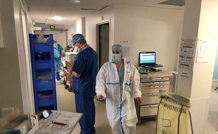 Champigny-sur-Marne, le 6 avril 2020. Dans les couloirs du service de réanimation de l'hôpital Paul d'Egine en pleine épidémie de coronavirus.