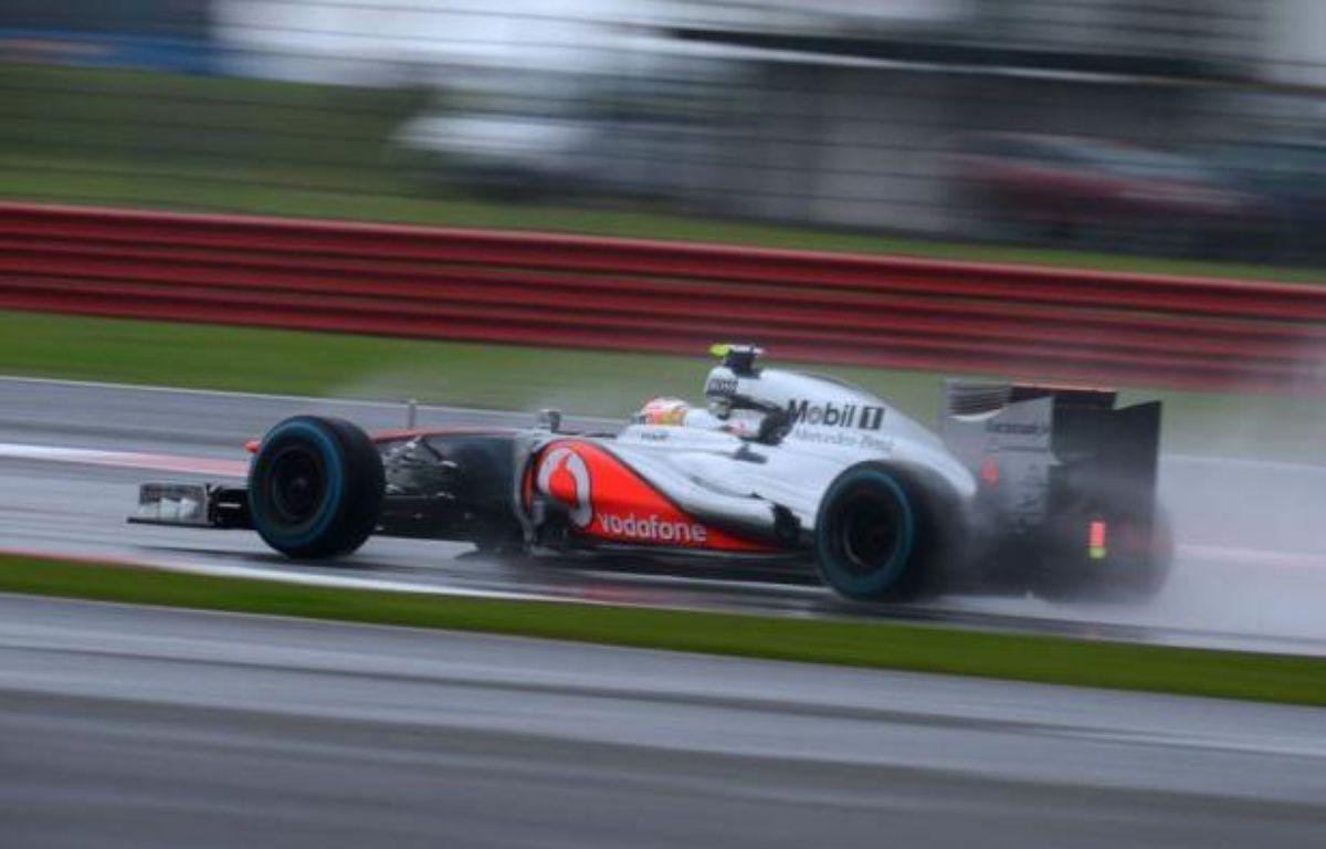 Le Britannique Lewis Hamilton (McLaren) a signé sous la pluie le meilleur temps de la 2e séance d'essais libres du Grand Prix de Grande-Bretagne, 9e manche du Championnat du monde de Formule 1, vendredi après-midi sur le circuit de Silverstone – Andrew Yates afp.com