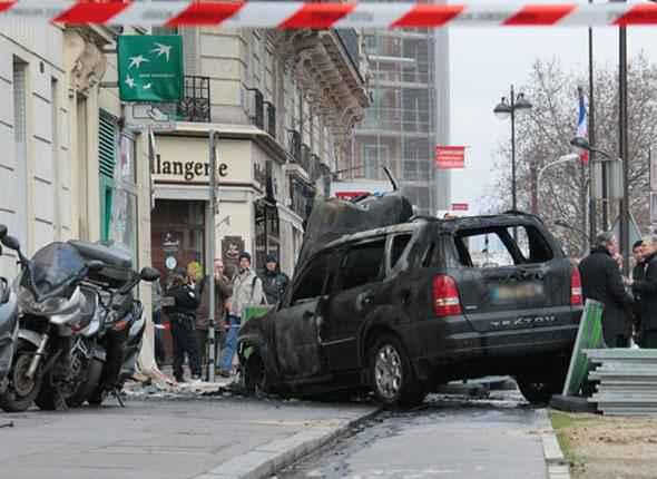 un distributeur de billets parisien attaqu la voiture b lier. Black Bedroom Furniture Sets. Home Design Ideas
