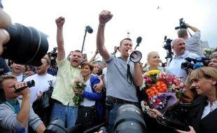 """""""Alexeï!"""", scandaient des centaines de supporters d'Alexeï Navalny, en saluant cet opposant numéro un à Vladimir Poutine dans une gare de Moscou où il a été reçu en héros samedi, après avoir été condamné à cinq ans de camp dans un procès dénoncé comme politiquement motivé."""