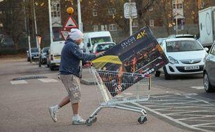 Un client repart avec sa télé pendant le Black Friday 2016