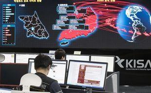 Des employés de l'agence sud-coréenne de la sécurité et d'internet, à Séoul.