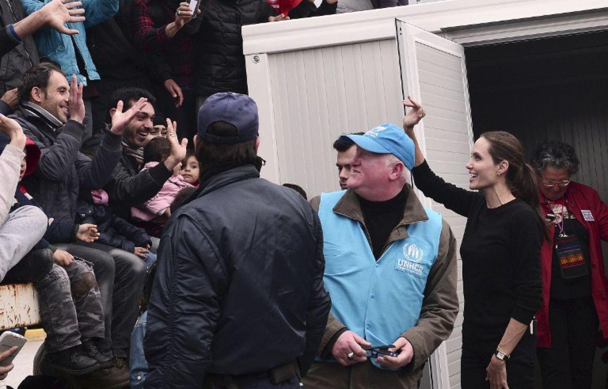 Angelina Jolie, ambassadeur de bonne volonté du Haut-Commissariat de l'ONU pour les réfugiés, a rencontré le 16 mars 2016 des réfugiés au Pirée et dans un camp à Athènes. – LOUISA GOULIAMAKI / AFP