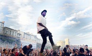 Le rappeur MHD en concert sur la grande scène du festival des Francofolies de la Rochelle, en juillet 2017.