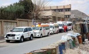 Des ambulances du Croissant rouge syrien attendent de pouvoir entrer dans la Ghouta pour évacuer les civils
