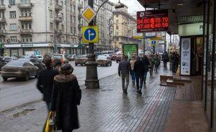 Des piétons dans une rue de Moscou, le 14 février 2014