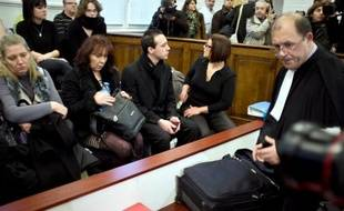 Photo d'archives prise le 5 décembre 2011 montrant la mère du petit Valentin, Véronique Cremault (2eG), au tribunal de Bourg-en-Bresse, au premier jour du procès devant les assises de l'Ain de Stéphane Moitoiret et de Noëlla Hégo.