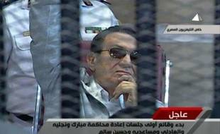 L'ex-président égyptien Hosni Moubarak, poursuivi pour complicité dans le meurtre de centaines de manifestants et corruption, est arrivé samedi matin devant un tribunal du Caire pour un nouveau procès.