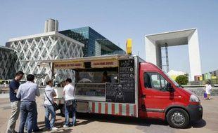 """Les """"food trucks"""", ces camions-cantine ambulants qui proposent une cuisine de rue inventive et gastronomique, sont désormais implantés dans le paysage urbain mais il est difficile voire impossible pour les nouveaux de décrocher des autorisations, surtout dans la capitale."""