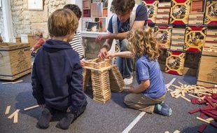 Dans les centres Kaplas, les enfants viennent nombreux afin d'apprendre des techniques de constructions, ici pour bâtir la Tour Eiffel.