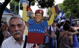 La confirmation de l'absence d'Hugo Chavez à sa prestation de serment jeudi attise le débat constitutionnel qui agite le Venezuela sur la question de la continuité du pouvoir au-delà de cette date, tandis que gouvernement et opposition restent suspendus à une annonce du Tribunal suprême ce mercredi.