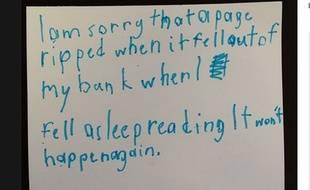 Un petit garçon a laissé un mot d'excuse adressé à la bibliothèque après avoir accidentellement abîmé