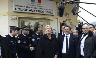 Marine Le Pen photographiée le 13  février 2017 lors d'un déplacement à Menton, à proximité de la frontière italienne.