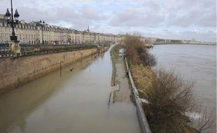La promenade des quais de Bordeaux complètement inondée, hier matin.