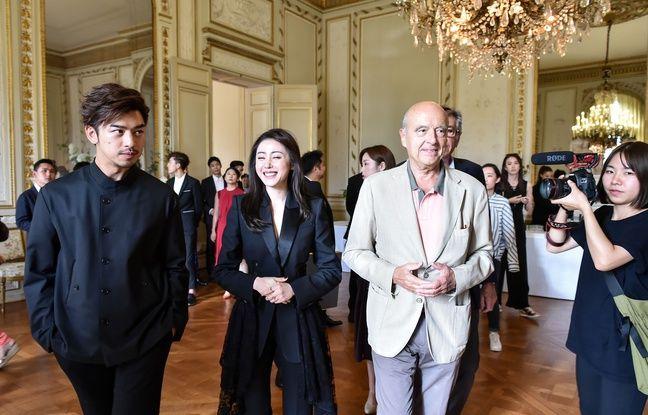 Les deux acteurs principaux de la série chinoise en tournage à Bordeaux, reçus par Alain Juppé à l'hôtel de ville.