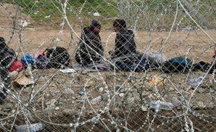 Des migrants pakistanais à la frontière gréco-macédonienne près du village d'Idomeni, le 29 février 2016