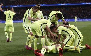 Les Barcelonais fêtent Luis Suarez après un but contre le PSG le 15 avril 2015.