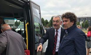 Philippe Buisson (à droite) et le PDG de Transdev Thierry Mallet, visitant un Buurtbus aux Pays-Bas.