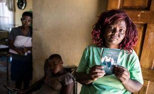 Le 12 février 2016 à Parys, en Afrique-du-Sud, Jamina Tangasha tient une photo de son frère assassiné, Seun Tangasha