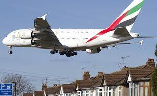 Un avion de la compagnie Emirates au dessus de Londres.