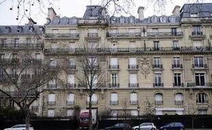 """Dans le cadre de l'affaire dite des """"biens mal acquis"""" par des chefs d'Etat africains, deux juges d'instruction et des policiers ont entamé mardi une perquisition dans l'hôtel particulier situé dans le très chic XVIème arrondissement de Paris. Selon le journal Le Parisien, cet hôtel particulier, riche de 101 pièces, est évalué à plus de 500 millions d'euros et l'ensemble du mobilier pourrait dépasser les 40 millions d'euros."""